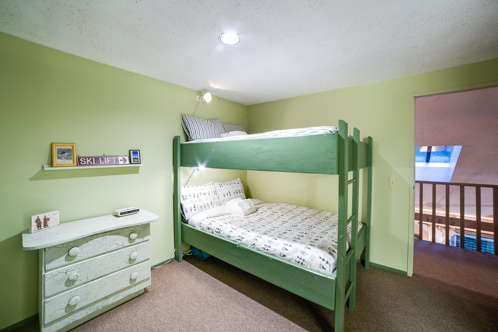 Apartment Mt  Baker Lodging Cabin  55 - HOT TUB  WOOD STOVE  BBQ  SLEEPS 10  photo 3999996